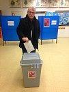 Volič z okrsku č. 6 z Otrokovic. Volební místnost je umístěna v Základní škole T. G. Masaryka.