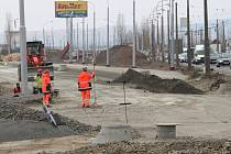 Trasa mezi Zlínem a Otrokovicemi připomíná tankodrom. Stále platí třicítka