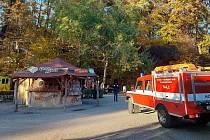 Z korun stromů ve zlínské zoo vyprostili mladou ženu hasiči.Foto zdroj: HZS ZLK: