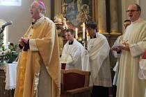 Arcibiskup Jan Graubner navštívil Kašavu a posvětil mistní křížovou cestu