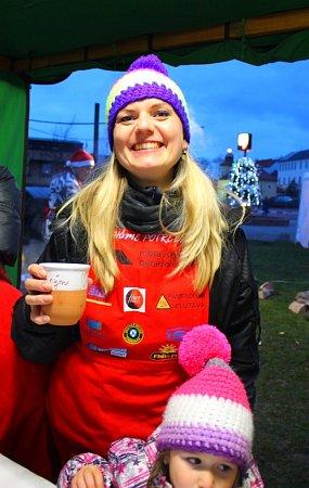 Už několik let jednou za rok se na několik hodin stává třiatřicetiletá Romana Stehlíková zOtrokovic dobrovolnicí. Prodává občerstvení ve stánku na akci Pomáháme potřebným.