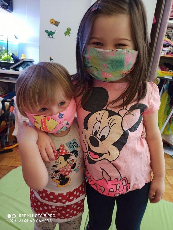 Mé dvě děti Natálie (3 roky) a Sofie (5 let). Roušku jsme vyrobily doma ustřihnutím oblíbeného trička a holky souhlasily.