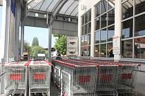 Nákupní vozíky bez zákazníků.