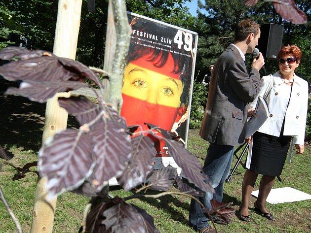 V rámci 49. ročníku zlínského fetivalu pro děti a mládež zasadila včera primátorka města Zlína Irena Ondrová společně s dalšími hosty strom osobností.