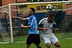 Fotbalisté Ořechova (v modrých dresech a černých trenýrkách) porazili ve 3. kole I.B třídy skupiny C Zdounky 2:1
