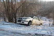 S autem sjela mezi stromy, vyvázla bez zranění