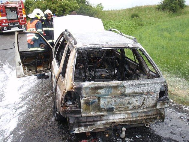 Rozsáhlý požár osobního auta na LPG u Tlumačova.