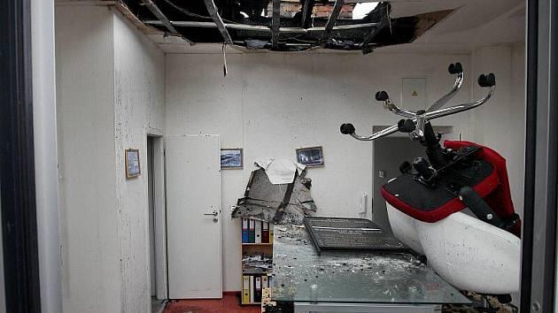 Střechu jednoho z domů na zlínském Náměstí Míru v sobotu 13. února večer podpálil vypuštěný létající lampion – balónek štěstí. Pozůstatky nočního požáru v pondělí 14. února přijeli obhlídnout zaměstnanci poškozené kanceláře pod střechou.