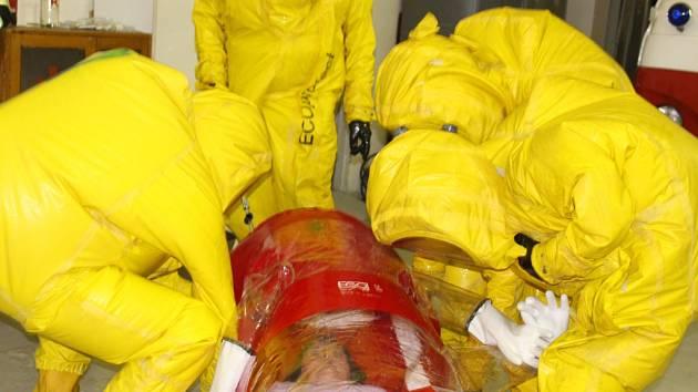 Hasiči k transportu nakažené ebolou použili biovak. Šlo o cvičení