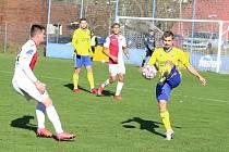 Fotbalisté Zlína B (žluté dresy) ve 13. kole MSFL podlehli vedoucí Kroměříži 1:2.