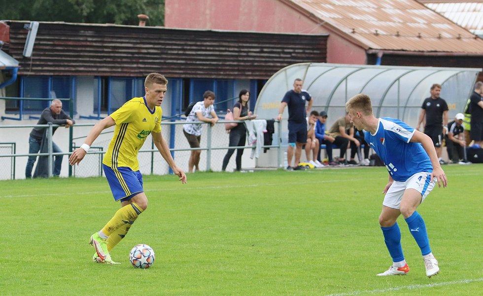 Fotbalisté Zlína B (žluté dresy) v 7. kole MSFL podlehli béčku Baníku Ostrava 0:1.