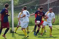 Fotbalisté Štípy (tmavé dresy) zvítězili na hřišti Poteče 2:0.