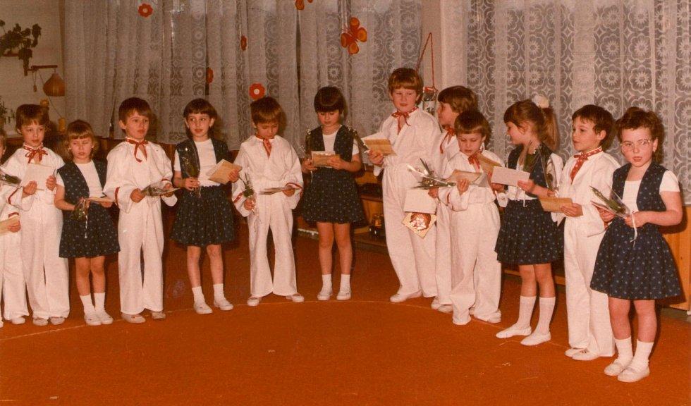 MŠ FRYŠTÁK 1989 - 1990. Vítání jara. Snímek pochází z vystoupení nejstarších dětí k Mezinárodnímu dni žen s pásmem Vítání jara.