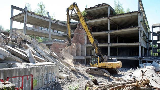 Demolice nedostavěného obchodního domu ve Zlíně na Jižních svazích.