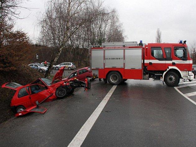 Na silnici I/49, křižovatka Lípa – Slušovice, došlo k vážné dopravní nehodě dvou osobních aut