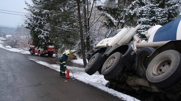 Tatra se opřela o sloup telefonního vedení