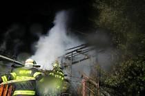 Večerní požár v Halenkovicích zničil kůlnu, sousední dílnu a uskladněné dřevo