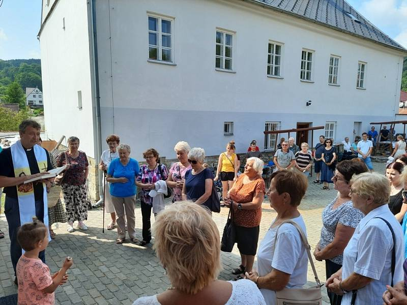 Den prarodičů a seniorů na farní zahradě v Pozlovicích.