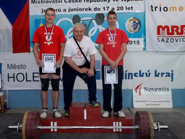 Na snímku zleva Pavel Jančík, trenér Jaroslav Janeba a Dominik Šesták.