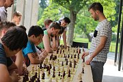 Mistrovství ČR školních družstev v šachu ve Zlíně -  simultánka s Jakubem Roubalíkem