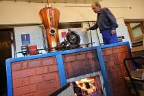 Pálení slivovice v pěstitelské pálenici ve Hvozdné. Ilustrační foto