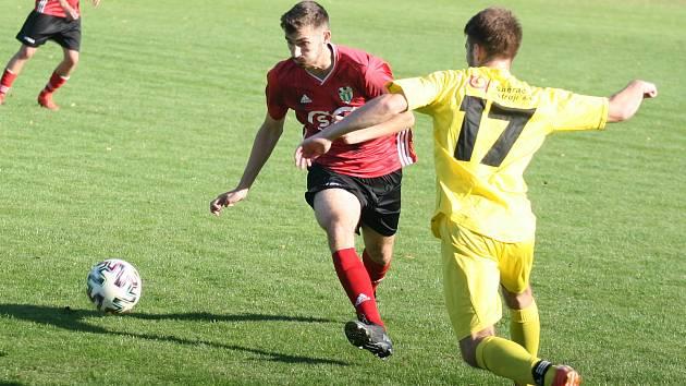 Fotbalisté Kvasic (v červeném) nečekaně ztratili bod ve Velkých Karlovicích.