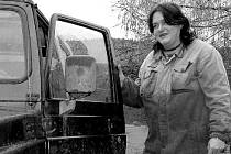 Jehlu a nit vyměnila Hana Macháčková za zablácené holínky a terénní auto.