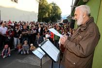 Odhalení pamětní desky Járy Cimrmana v Hulíně.