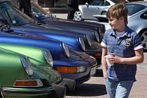 Majitelé vozů značky Porsche, ale také milovníci těchto sporťáků, se sjeli v sobotu 7. května dopoledne na zlínské Náměstí míru. K vidění bylo kolem čtyřech desítek aut.