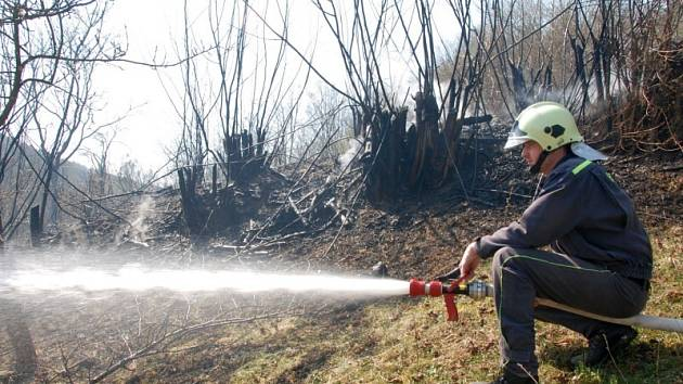 Zásah hasičů u lesního požáru.