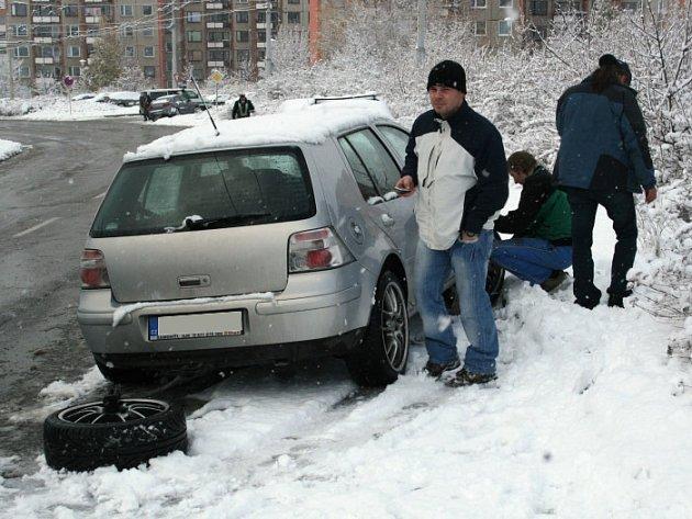 Někteří řidiči včera měnili pneumatiky za zimní až na cestě. Sjet zJižních svahů na letních si troufli jen skuteční hazardéři.
