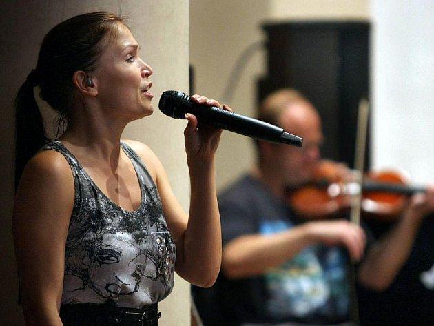 Do krajského města dorazila finská zpěvačka a skladatelka Tarja Turunen, aby společně se členy Filharmonie Bohuslava Martinů nazkoušela své vystoupení pro další ročník mezinárodního open-air festivalu Masters Of Rock.