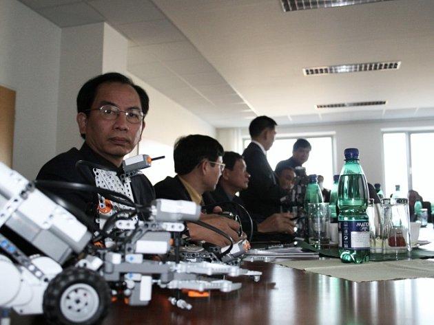 Na fakultě aplikované informatiky si vietnamští hosté prohlédli modely robotů, které využívají zdejší studenti například při výuce umělé inteligence.