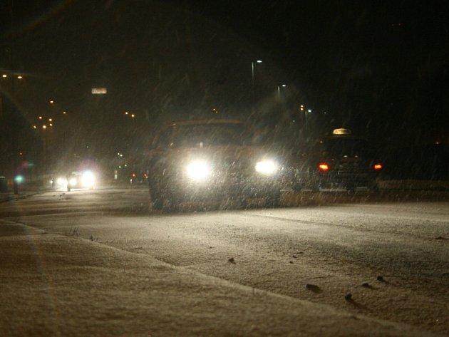 Zlínsko zasáhlo silné sněžení, které velmi zkomplikovalo dopravu na silnicích regionu včetně krajského města.