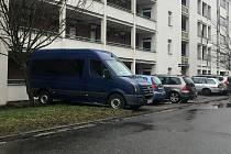 Dodávky parkující na sídlištích, ilustrační foto.