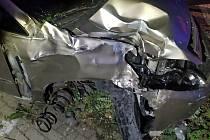 Podnapilý řidič naboural do zaparkovaných vozidel a budov.