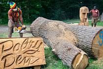 Afričtí řezbáři opět pracují v zoo ve Zlíně na dřevěných sochách.