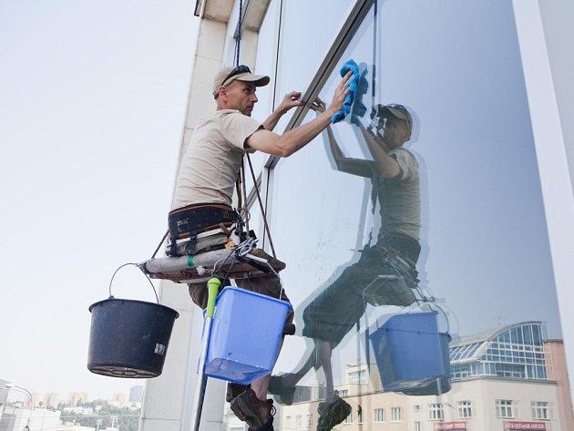 Umytí oken připadlo na horolezce. K oknům divadla totiž museli slanit. Jinou cestou k nim schůdný přístup nevede. Uvnitř pak probíhají stavební, malířské a úklidové práce