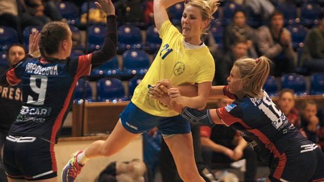 Interligové házenkářky Zlína (ve žlutém) Na snímku Kamenářová. Ilustrační foto