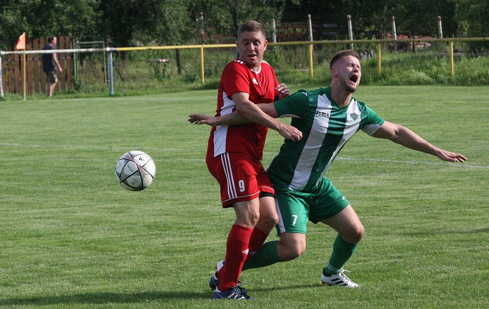 Fotbalisté Ostrožské Nové Vsi (zelenobílé dresy) doma otočili derby se sousedním Uherským Ostrohem a zvítězili 3:1.