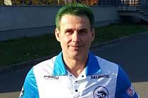 Karel Ševčík, trenér superligových florbalistů Otrokovic s odbarvenými vlasy na zeleno.