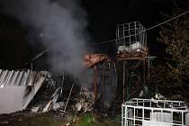 K devastujícímu požáru chaty došlo v noci z pátku na sobotu v Bratřejově na Zlínsku. V hořícím objektu byly dvě plynové lahve a zařízení pálenice.