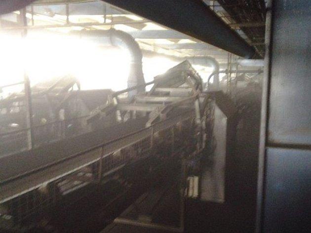 V otrokovické teplárně žhnulo uhlí.