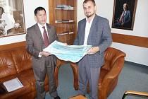 PŘEDÁVÁNÍ VZORKŮ. Předseda Českovietnamské školské společnosti Phan Dao (vlevo) přebírá na univerzitě od ředitele Ústavu aplikovaného zdravotnického výzkumu Tomáše Sedláčka zdravotnický materiál, který využijí vietnamské civilní a vojenské nemocnice.