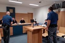 Roman K. si u krajského soudu ve Zlíně při focení zakrýval tvář a pak během jednání ukazoval novinářům  neslušné posunky.
