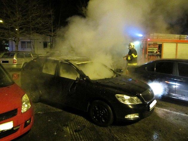 Požár Octavie v Objízdné ulici v Otrokovicích. Plameny zničily interiér vozidla.