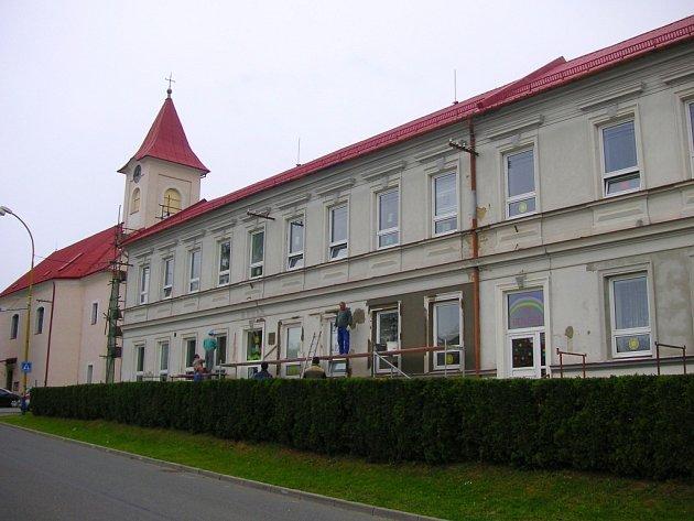 V Halenkovicích opravují tamní nejstarší budovu. Sídlí v ní první stupeň základní školy a také celá mateřinka.