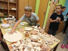 Dětský domov ve Vizovicích. Výroba vánočních dekorací pro prodej v Albertu.