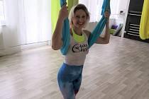 Fly jóga pracuje s prvky klasické jógy, kombinuje je s rehabilitačním cvičením, inspiruje se také gymnastikou i vzdušnou akrobacií. Marianna Bartusková založila sportovní centrum Sky Gym ve Zlíně na Jižních Svazích před čtyřmi lety a v současnosti pracuje