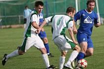 Fotbalisté Fryštáku B (v zeleno-bílém) proti Březové.